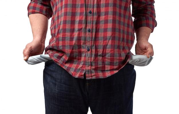 L'uomo in una camicia rossa ha scoperto le tasche vuote dei suoi pantaloni