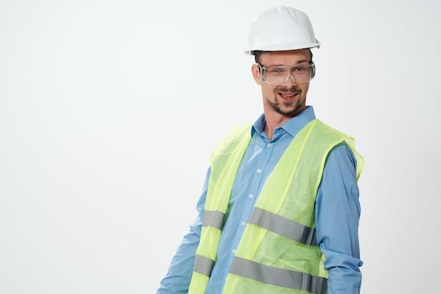 Gilet riflettente uomo lavoro professionale sfondo chiaro
