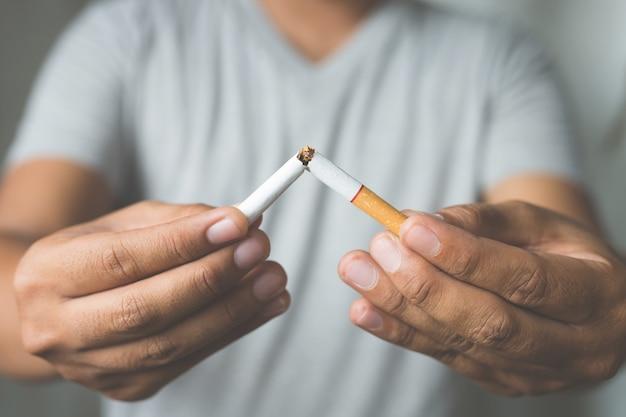 Uomo che rifiuta il concetto di sigarette per smettere di fumare e uno stile di vita sano.