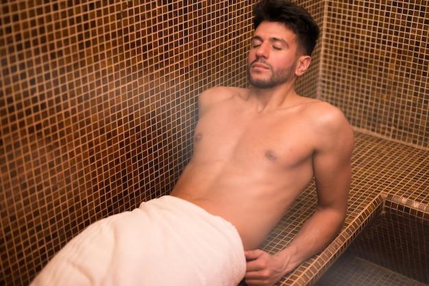 Uomo che si distende in un bagno turco