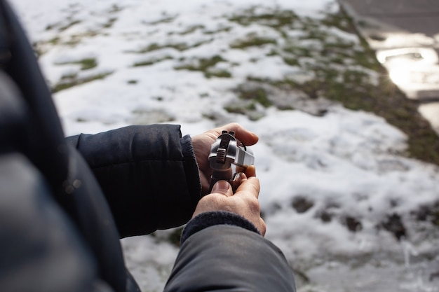 Un uomo ricarica una pistola in una corsa fuori dalla porta