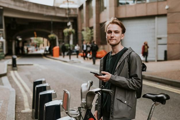 Uomo che noleggia una bici
