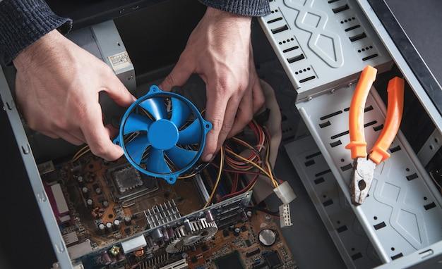 L'uomo ripara il sistema di raffreddamento del computer.