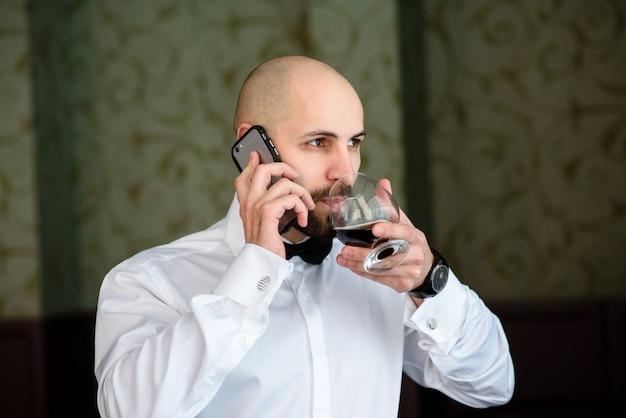 Un uomo in un ristorante parla al telefono.