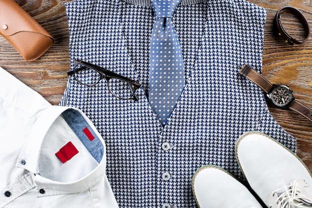 Completo piatto da uomo classico con camicia formale, gilet, cravatta, scarpe e accessori