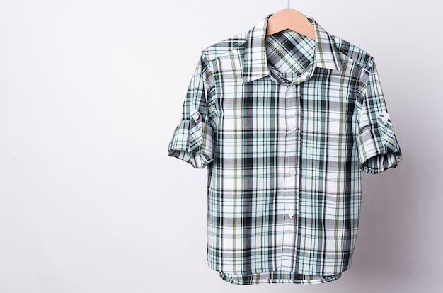 Camicia a quadri in cotone bianco verde su fondo bianco