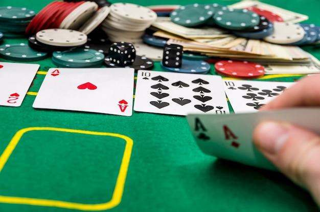Mano d'uomo che mostra la combinazione di carte, gioco d'azzardo.