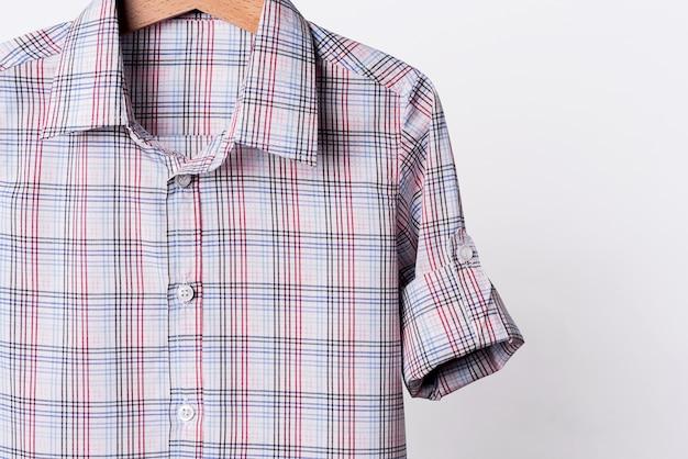 Camicia a quadri in cotone bianco rosso su sfondo bianco.