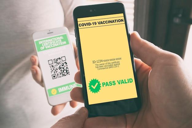 L'uomo scansiona il certificato di vaccinazione digitale della persona dal suo telefono e lo trova valido