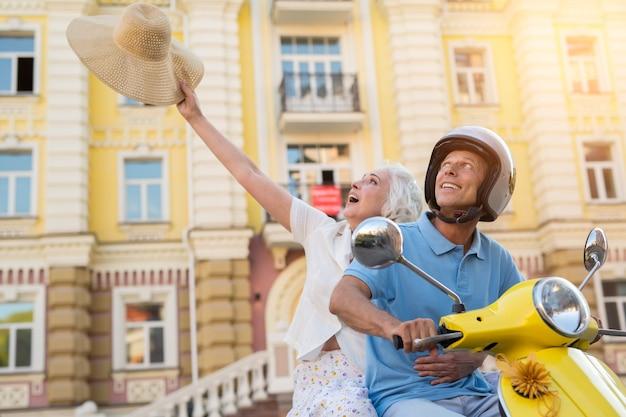 L'uomo sullo scooter sta sorridendo.
