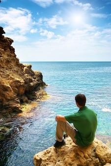 Uomo nella grotta marina