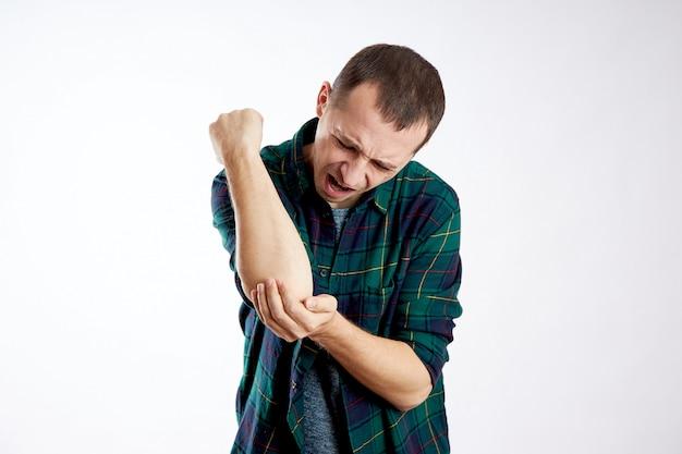Uomo forte dolore al braccio, al gomito e alla mano, cattiva salute, malattia, braccio rotto