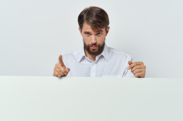 Uomo in poster mockup pubblicità camicia