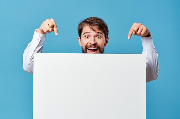 Uomo in camicia che tiene mockup spazio copia sfondo blu. foto di alta qualità