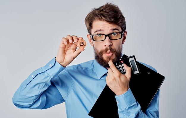 Uomo in camicia con cravatta bitcoin cryptocurrency calcolatrice tecnologia economia investimento