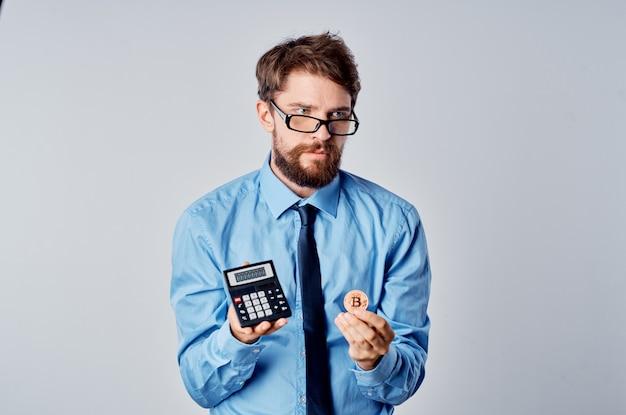Uomo in camicia con calcolatrice cravatta investimento finanziario in criptovaluta