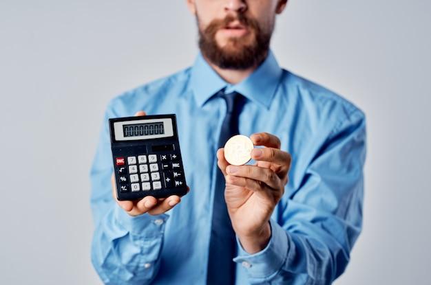 Uomo in camicia con cravatta criptovaluta bitcoin calcolatrice finanza manager
