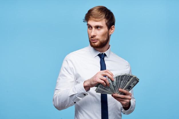 Uomo in camicia con cravatta finanziare soldi in mani ricchezza