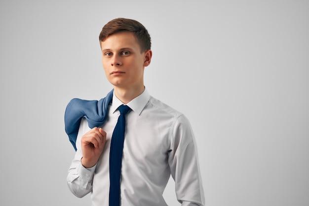 Uomo in camicia con cravatta e giacca sulle spalle lavoro di moda