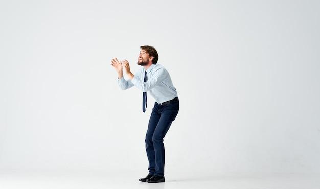 Uomo in camicia con cravatta che salta ufficio emozioni