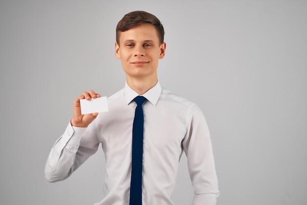 Uomo in camicia con la pubblicità del biglietto da visita dell'ufficio della cravatta