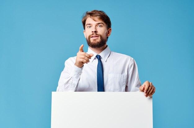 Uomo in camicia con cravatta mockup bianco presentazione pubblicità sfondo blu copia spazio