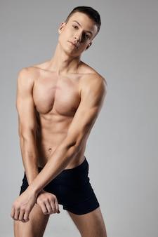 L'uomo in pantaloncini si sporse in avanti mutandine sportive da fitness