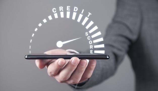 Uomo che mostra il tachimetro del punteggio di credito. attività commerciale. tecnologia