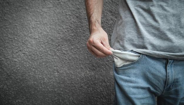 Uomo che mostra tasca vuota