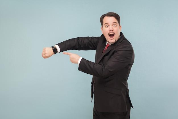 L'uomo mostra al nuovo modello un orologio intelligente migliore
