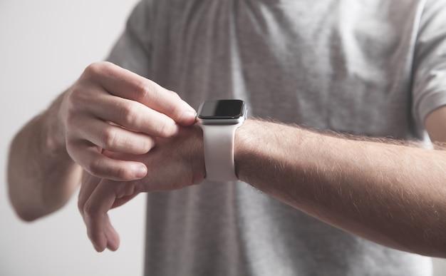 Uomo che mostra smart watch. stile di vita. tecnologia