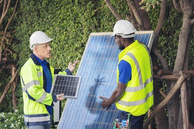 Uomo che mostra la tecnologia dei pannelli solari per ingegnere team