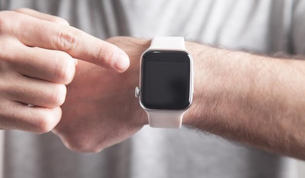 Uomo che mostra orologio. stile di vita. tecnologia