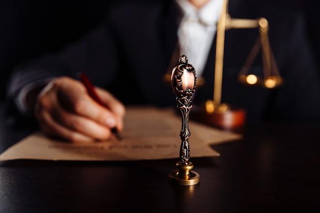 Uomo che firma un documento di testamento e testamento in un ufficio notaio. nozione di diritto