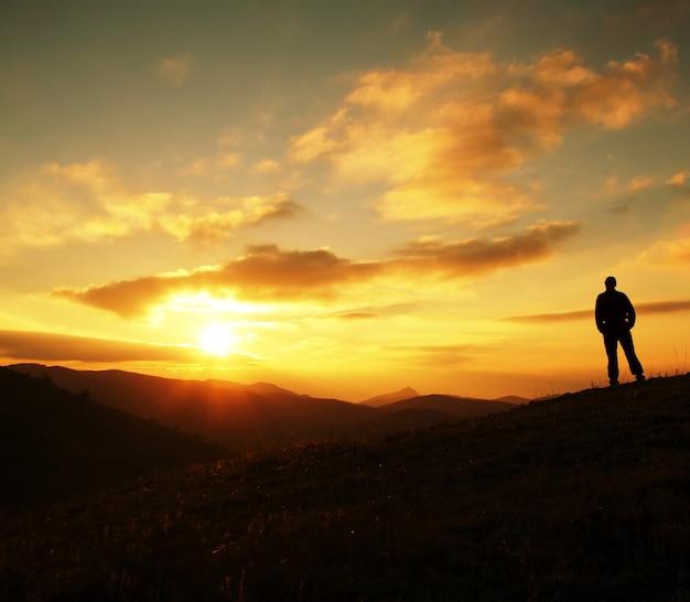 Siluetta dell'uomo sul tramonto