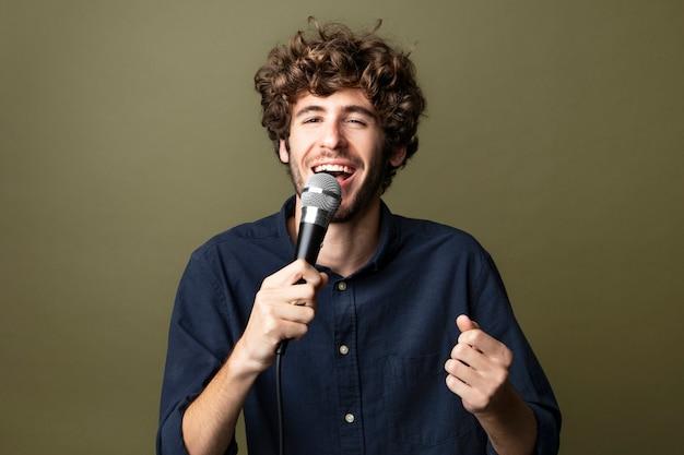 Uomo che canta e si gode il karaoke