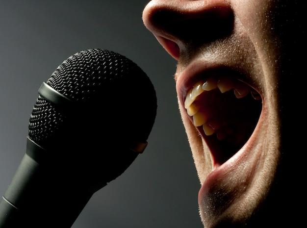 Uomo che canta al microfono