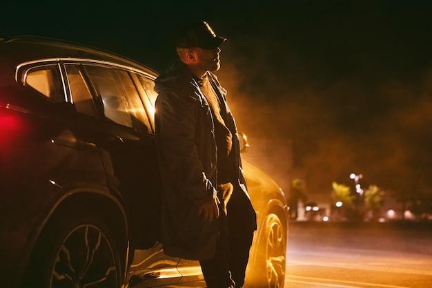 Uomo seduto in macchina di notte