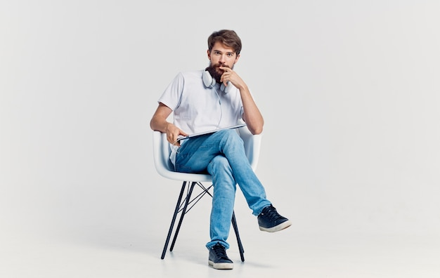 Uomo seduto sulla sedia laptop tecnologia comunicazione lifestyle