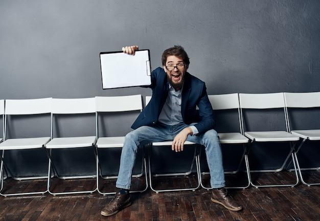 L'uomo seduto su una sedia riprende la carriera del colloquio di lavoro