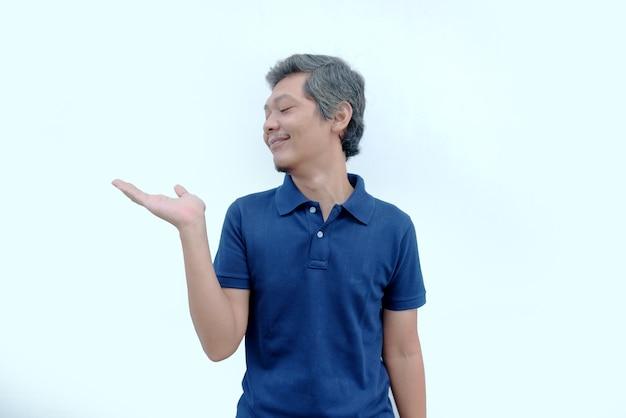 L'uomo sorride e alza la mano