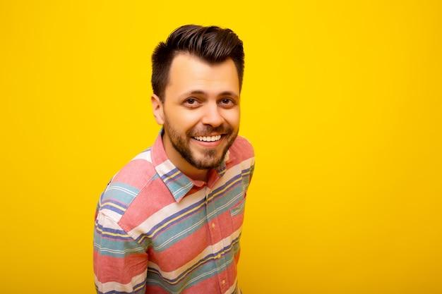 Uomo sorridente isolato su sfondo giallo colorato