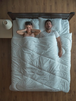 L'uomo russa vicino alla donna sul letto. vista dall'alto