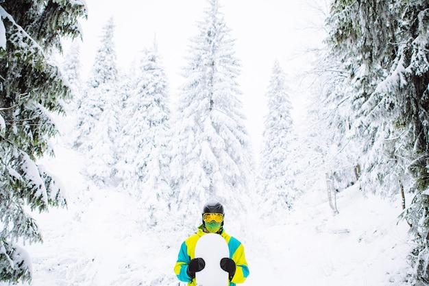 Snowboarder uomo nello spazio della copia dell'attrezzatura da sci