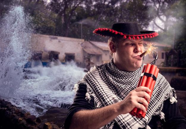 Uomo in sombrero che spara dinamite con un sigaro sullo sfondo dell'acqua