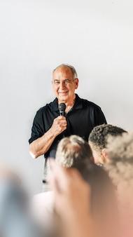 Uomo che parla in un seminario
