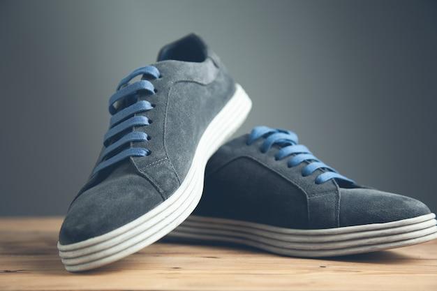 Scarpe sportive da uomo in backgrund scuro
