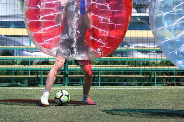 Uomo su un campo sportivo giocando con la palla paraurti