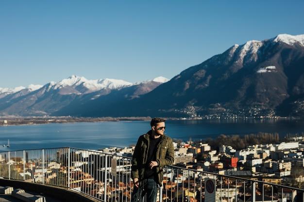 L'uomo si trova vicino al lago di lugano, versante meridionale delle alpi.