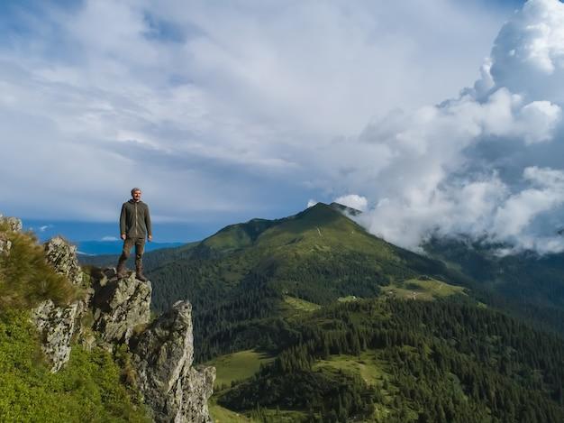 L'uomo in piedi sulla bellissima montagna